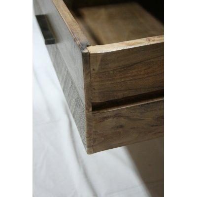 Particolare dei cassetti in legno