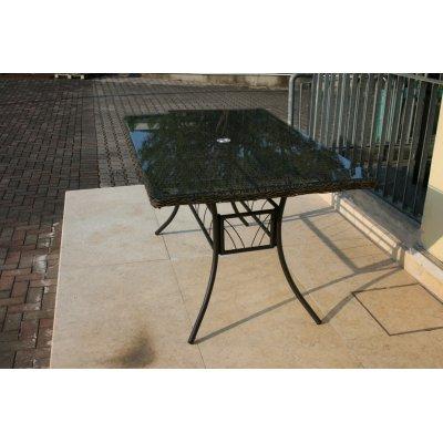 tavolo rettangolare in acciaio e materiale sintetico intrecciato