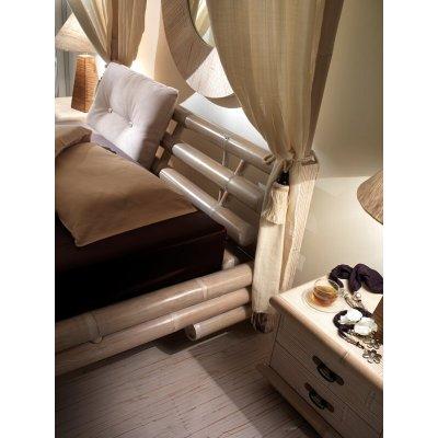 particolare letto Taban con tende