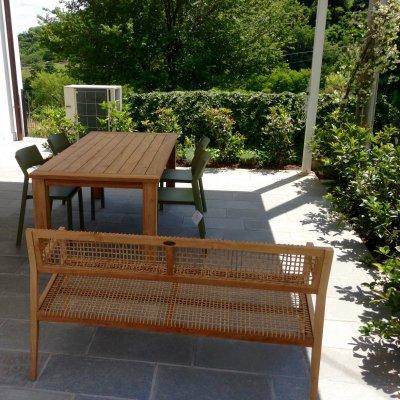 Trill Bistrot colore agave con tavolo in tek riciclato e divano in tek Vienna