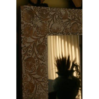 Specchio con cornice in legno lavorata a mano