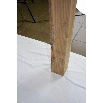 particolare tavolo Denpasar in tek riciclato