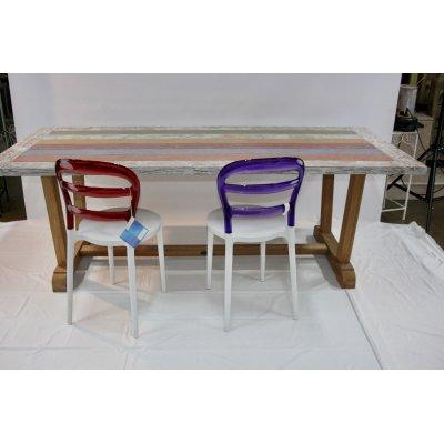 tavolo Bredford in tek riciclato con sedie in resina colorata