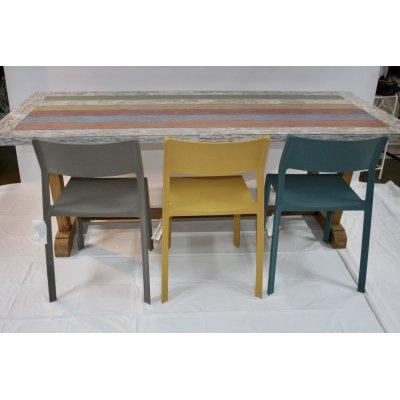 tavolo Bredford in tek riciclato con sedie in resina colorata prodotte da Nardi modello Trill