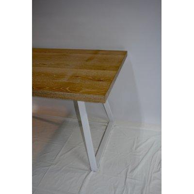 particolare del tavolo Blanche in rovere sbiancato