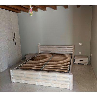 letto Monsoon  senza baldacchino decapato bianco con rete alzante 1 movimento e fondo in bambù, armadio Alum 5 + 5 ante