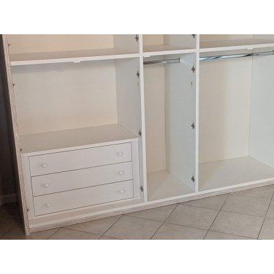 particolare armadio Alum 5 + 5 ante battenti interno con cassettiera interna in laminato colore chiaro